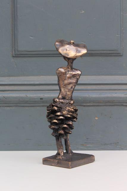 Bronzeskulptur Af Grankogle set bagfra